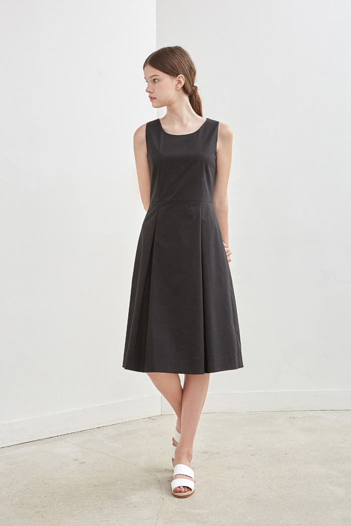 SLEEVELESS PLEATED DRESS - BLACK